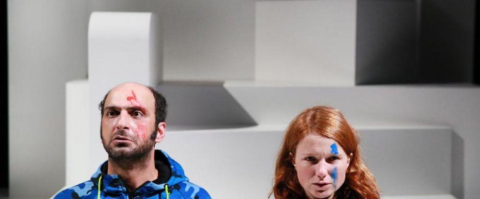 <h2>Nu in het theater</h2>Samen met De Toneelmakerij maakt theatermaker Sadettin Kirmiziyüz 'De knettergekke wereld achter het raam', een kleurrijke voorstelling vol humor en naïviteit voor iedereen van 8 jaar en ouder.